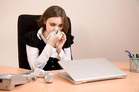 Junge Geschäftsfrau im Büro weinen Standard-Bild