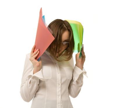 Abbildung der Geschäftsfrau bunte Faltblätter anhält und Schreien Standard-Bild