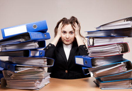 Beschäftigter Manager. Geschäftsfrau mit Stapel Ordnern und Dokumenten. Konzept der harten Arbeit.