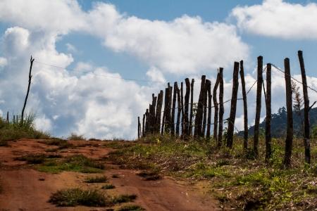arri�re-pays: Backcountry route A vents �troites routes en gravier � travers l'herbe contreforts