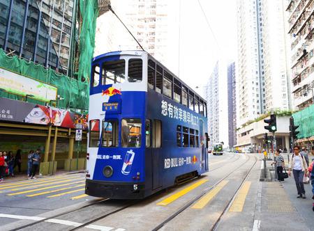 Causeway Bay, Hongkong - 23. November 2018: Doppeldecker-Straßenbahn Straßenbahnen sind auch eine wichtige Touristenattraktion und eines der besten umweltfreundlichen Reiseziele in Hongkong. Editorial