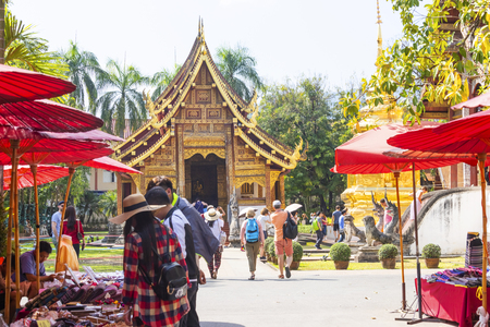 CHIANG MAI THAILAND - February 17, 2019 : Sunday Street market , In Wat Phra Singh temple . Trading of local tourists come to buy as souvenirs. Standard-Bild - 118176168