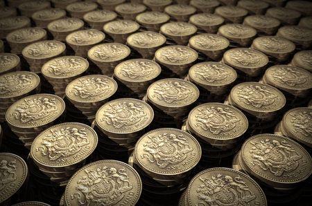 libra esterlina: Pilas de monedas de una libra  Foto de archivo