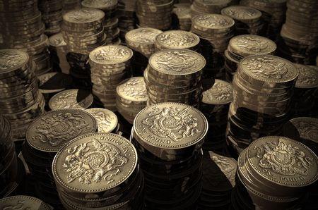 pounds money: Pilas de monedas de una libra  Foto de archivo