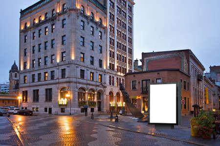 ortseingangsschild: Schwarzer Lichtkasten auf der Stadtstraße Lizenzfreie Bilder