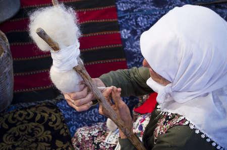 Turkse oude vrouw die kabel maakt