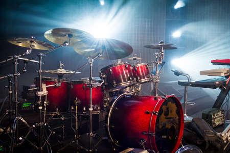 perkusja ustawiona na scenie i na jasnym tle; pusta scena z instrumentami gotowymi do wykonania