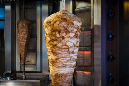 bbq vlees en kip voor Turkse doner kebab in een restaurant in Istanboel Aziatisch straatvoedsel