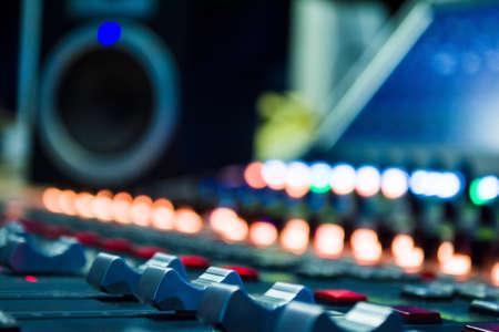 Detail van een muziekmixer in studio met bewerkingstools op luidspreker vervagen Stockfoto - 92747920