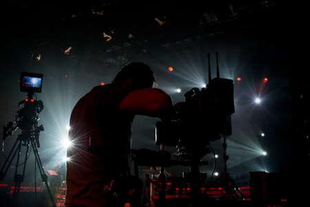コンサートエリアとステディカムとプロのカメラでシルエットカメラマン 写真素材 - 102418046