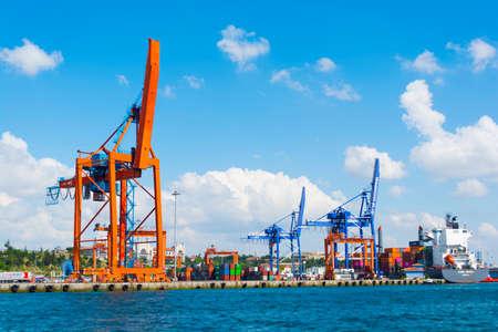 Port de Haydarpasa, Istanbul, TURQUIE - 13 août 2018 : Le port de Haydarpasa, également connu sous le nom de Port de Haidar Pasha est un port maritime de marchandises générales, un terminal roulier et à conteneurs, situé à Haydarpasa.