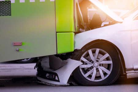 Accidente de auto y autobús, de parachoques a parachoques