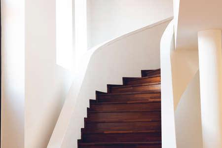 Escalera de caracol dentro del edificio, Escalera de caracol moderna, Escalera interior de lujo, Símbolo de escalera de casa, Escaleras modernas, Casa de elemento comunicante Foto de archivo