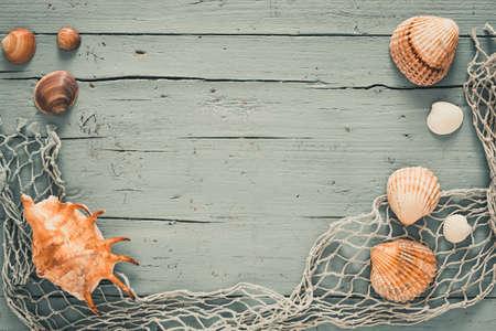 Sseashells and fishing net on turquoise wooden background 免版税图像