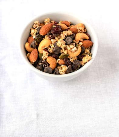 frutas secas: Trail mix de frutas y chips de chocolate �tiles seco durante el senderismo o el trekking Foto de archivo
