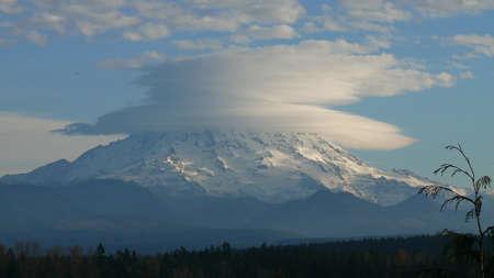 Mt. Rainier Lenticular Cloud Stock Photo - 8775275