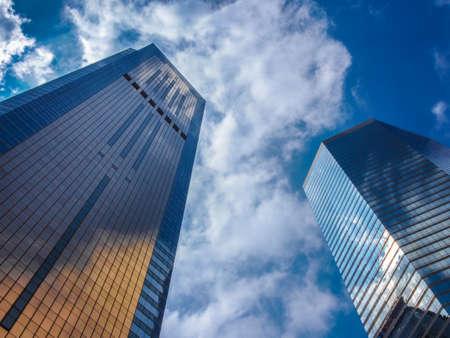 Mirror Skyscraper en bewolkte hemel Heldere Achtergrond