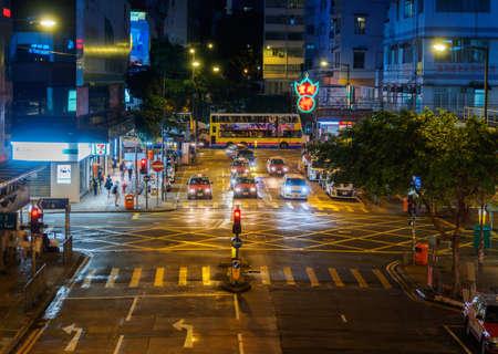 Straat Verkeer in Hong Kong. Mensen Menigte bij pedestian, auto's en bussen. Stockfoto