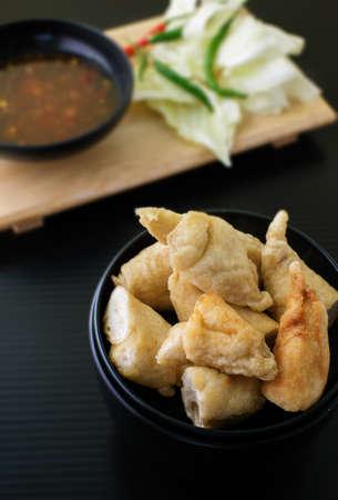 plato del buen comer: bolas de pescado frito con salsa dulce y hortalizas