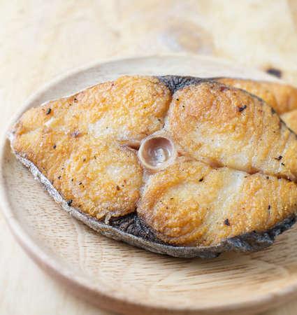plato del buen comer: pescados fritos salados en el plato de madera