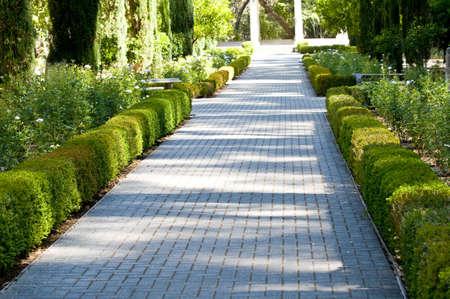 Ziegel Gang durch den Garten Standard-Bild