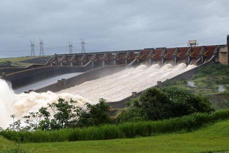 Itaipu-Staudamm, an der Grenze zwischen Brasilien und Paraguay