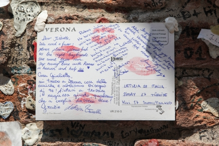 juliets: Verona, Italy - July 18, 2013, A letter to Juliet, the female protagonist of William Shakespeare s tragedy Romeo and Juliet, asking for love advice, sticked to the wall surrounding Casa di Giulietta  Julieta s House  in Verona, Italy