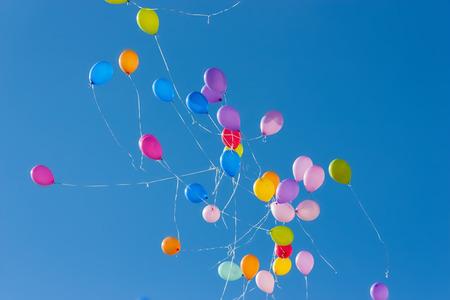 cielo despejado: Globos de aire color flotando en un cielo azul