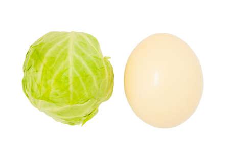 huevo blanco: col y algunos huevos en una cesta de mimbre