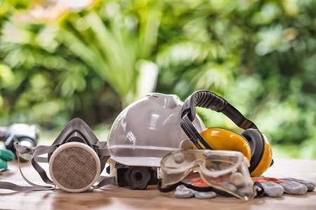Veiligheidsstandaard op werktafel en bouwachtergrond Hoge dynamische bereikstoon Stockfoto
