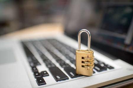 Cyber ??veiligheidsconcept, geblokkeerd en sleutel op laptop toetsenbord Stockfoto - 85018580