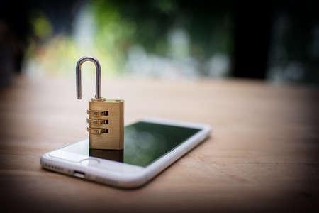 그것에 잠긴 자물쇠와 스마트 폰입니다. 휴대 전화 보안 및 데이터 보호 개념 스톡 콘텐츠