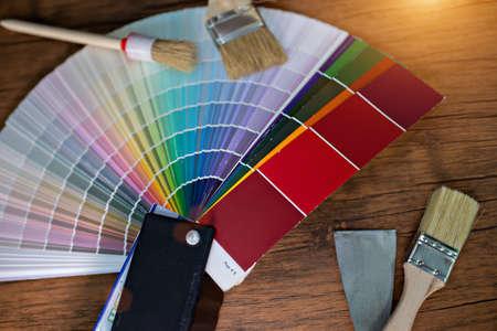 Verschillende kleurstalen met penseel