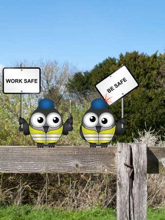 健康と安全作業安全のコミカルな建設作業員が田舎のフェンスの上に腰掛けて安全メッセージ 写真素材