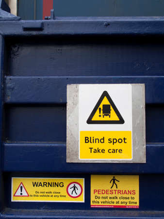 Tekens op de achterkant van waarschuwingsvoetgangers van vrachtwagens