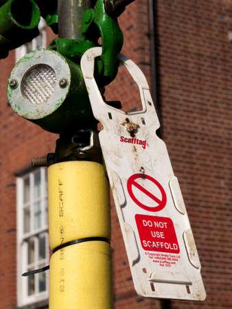 建設現場の足場、安全でない、不完全な構造の警告または検査に失敗で足場禁止健康と安全タグを使用しないでください。 報道画像