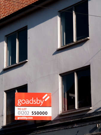 publicidad exterior: Estate agents office to let advertisement sign over vacant premises