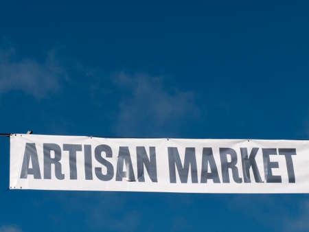 publicidad exterior: Banner de publicidad de mercado artesanal en la calle, organizado por el ayuntamiento, comida, artesanía y artesanía, joyería, decoración del hogar