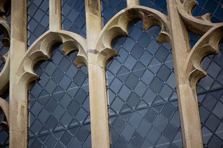 Fenêtres au plomb avec cadres en pierre à l'édifice ecclésiastique historique du XIIIe siècle