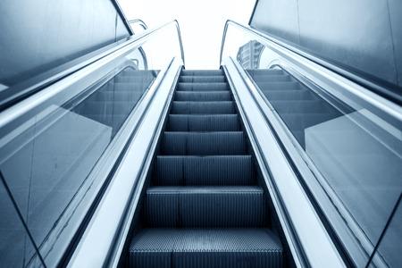 Lifting escalator