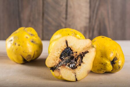 Sliced quince on wooden table Imagens