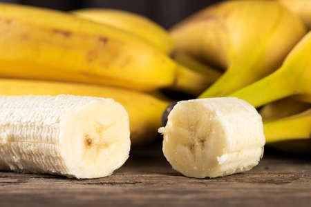 Ripe sliced banana on a wooden table 版權商用圖片