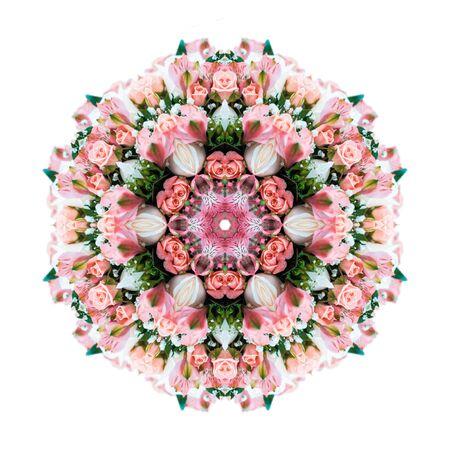 Mandala fleur isolé sur fond blanc. Bouquet de roses, d'orchidées et de verdure. Effet kaléidoscopique. Fleurs folles.