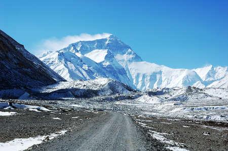 monta�as nevadas: Escenograf�a de Monte Everest en China de T�bet Foto de archivo