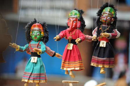 puppetry: Marionetas articuladas manipulados desde arriba por cadenas o cables conectados a sus extremidades, recuerdo agradable en Katmand�, Nepal.