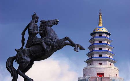 sabel: Standbeeld van Mongoolse saber en een pagode