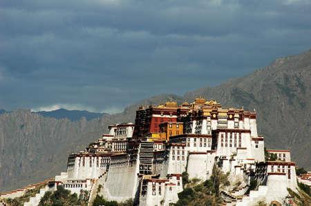 유명한: 라사 티벳의 유명한 포탈라 궁전의 풍경 에디토리얼