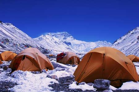 monta�as nevadas: Paisaje del Monte Everest desde la cara norte en China de T�bet
