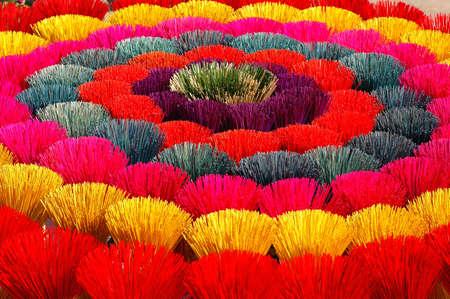 incienso: Colorido joss palos para oraciones budistas en Vietnam