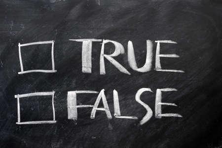 falso: Verdadero y falso casillas de verificación por escrito con tiza en una pizarra